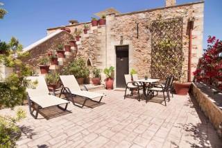 Faskomilia-maisonette-courtyard
